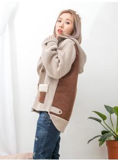 1913-1043A- 暖笠笠 -前兩袋 X 袋邊毛毛 X 麂皮料 , 全開胸扣鈕 X 後幅麂皮料 , 內後幅羊羔絨 X 冷料有帽褸 (韓國)-