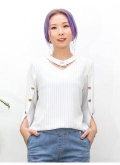 2011-1456-個人・風格- 領邊扣珍珠鈕 X 手袖釘鈕 , 袖口開叉 X 直紋滑滑料 , V領TOP (韓國)